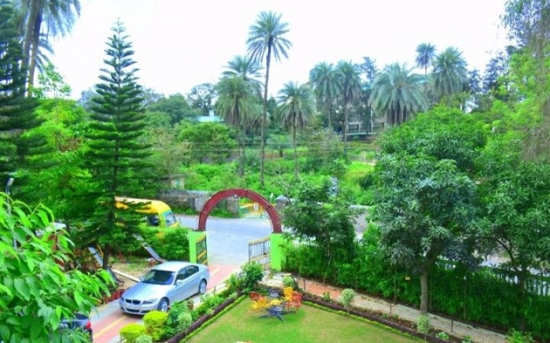 wide-garden-for-party-at-hotel-toppers-corner-mount-abu